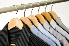 Camisas de alineada en perchas. Foto de archivo
