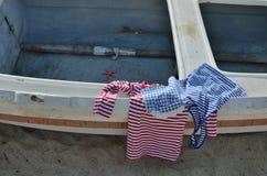 Camisas de la mirada de la marina de guerra en el barco viejo Foto de archivo libre de regalías