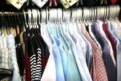 Camisas de la venta en perchas Fotografía de archivo
