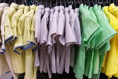 Camisas de manga corta para hombre coloridas Fotografía de archivo