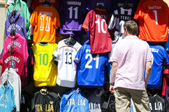 camisas de observação do futebol do homem na exposição Fotos de Stock Royalty Free