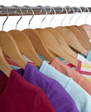 Camisas de T em ganchos de pano Fotos de Stock Royalty Free