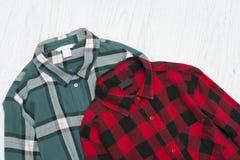 Camisas de tela escocesa verdes y rojas concepto de moda Foto de archivo