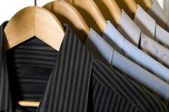 Camisas de vestido em ganchos. Fotografia de Stock