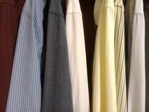 Camisas de vestir en el armario - colores fotografía de archivo libre de regalías