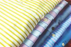 Camisas do negócio empilhadas para a exposição Imagens de Stock Royalty Free