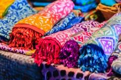 Camisas e tela bonitas da tintura do laço para a venda no mercado da noite em fotos de stock