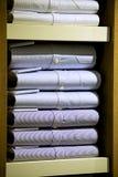 Camisas empilhadas dos homens no lugar varejo Imagem de Stock