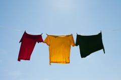 Camisas en cuerda para tender la ropa. fotos de archivo