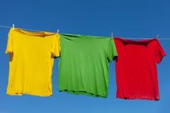 Camisas en cuerda para tender la ropa. foto de archivo