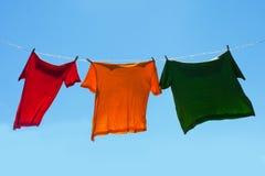 Camisas en cuerda para tender la ropa. imagen de archivo libre de regalías