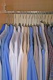 Camisas en guardarropa Imágenes de archivo libres de regalías