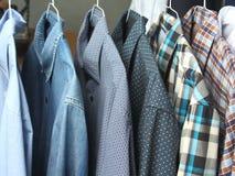 Camisas en los tintoreros planchados recientemente Imágenes de archivo libres de regalías