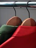 Camisas en perchas: Colores de la Navidad fotografía de archivo libre de regalías