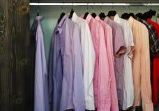 Camisas en un almacén de ropa fotografía de archivo