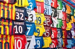 Camisas falsificadas em um mercado de rua de Mong Kok, Hong Kong do futebol Fotografia de Stock