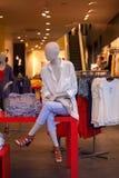 Camisas femeninas expuestas en la tienda de ropa Foto de archivo