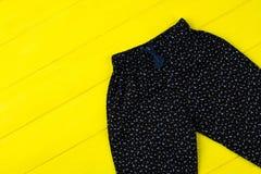 Camisas florales negras en amarillo Imagenes de archivo
