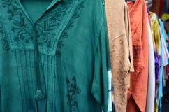 Camisas indias de los hombres para la venta en el mercado Foto de archivo