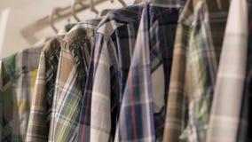 Camisas ocasionais na loja vídeos de arquivo