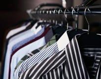Camisas para hombre en diversos colores en suspensiones Imagenes de archivo