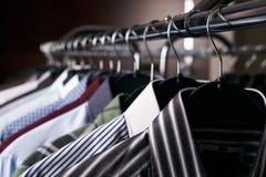 Camisas para hombre en diversos colores en suspensiones Imagen de archivo