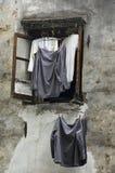 Camisas que cuelgan de una ventana china Fotografía de archivo libre de regalías