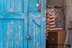 Camisas rojas de la bandera blanca y azul en un almacén Imagenes de archivo