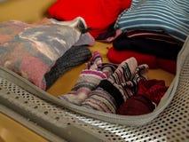 Camisas, vestes e peúgas embaladas na mala de viagem imagem de stock royalty free