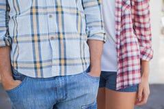 Camisas y dril de algodón del control de los pares jovenes de la cadera que llevan Fotos de archivo