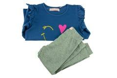 A camiseta azul das crianças com luvas longas e as caneleiras cinzentas para g imagem de stock