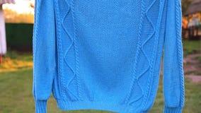 Camiseta azul que pendura no fio vídeos de arquivo