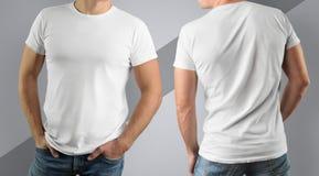 Camiseta blanca de la maqueta en hombre muscular en fondo gris Imagen de archivo