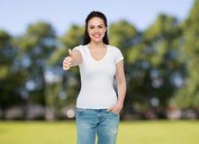 Camiseta blanca del womanin feliz que muestra los pulgares para arriba Fotografía de archivo