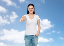 Camiseta blanca del womanin feliz que muestra los pulgares para arriba Imagen de archivo libre de regalías