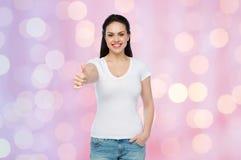 Camiseta blanca del womanin feliz que muestra los pulgares para arriba Fotografía de archivo libre de regalías
