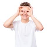 Camiseta blanca en muchacho adolescente Fotos de archivo
