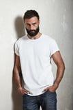 Camiseta blanca que lleva del individuo barbudo imagen de archivo