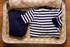 Camiseta con las rayas azules y los pantalones azules Fotografía de archivo