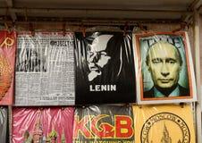 Camiseta con los dibujos patrióticos en un mercado de pulgas Foto de archivo