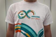 Camiseta de Arduino en la demostración del robot y de los fabricantes Imágenes de archivo libres de regalías