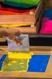 camiseta de la impresión de la pantalla en diseño del amor con color amarillo fotos de archivo libres de regalías