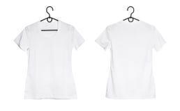 Camiseta de la mujer blanca en la suspensión Imágenes de archivo libres de regalías