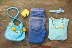Camiseta de la ropa de los niños del verano, vaqueros, bolso, gotas Foto de archivo libre de regalías
