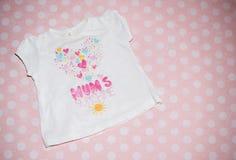 Camiseta de las muchachas en fondo rosado Imagenes de archivo