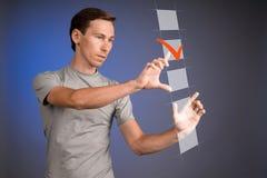 Camiseta del hombre joven que comprueba la caja de la lista de control Fondo para una tarjeta de la invitación o una enhorabuena Imagen de archivo