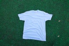 Camiseta en la hierba Imagen de archivo