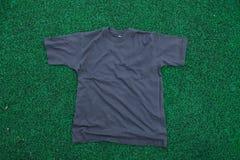 Camiseta en la hierba Fotos de archivo