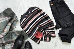 Camiseta listrada, calças de brim pretas e lenço Folha de plátano vermelha conceito elegante Imagem de Stock Royalty Free