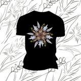 Camiseta negra con las flores Fotografía de archivo